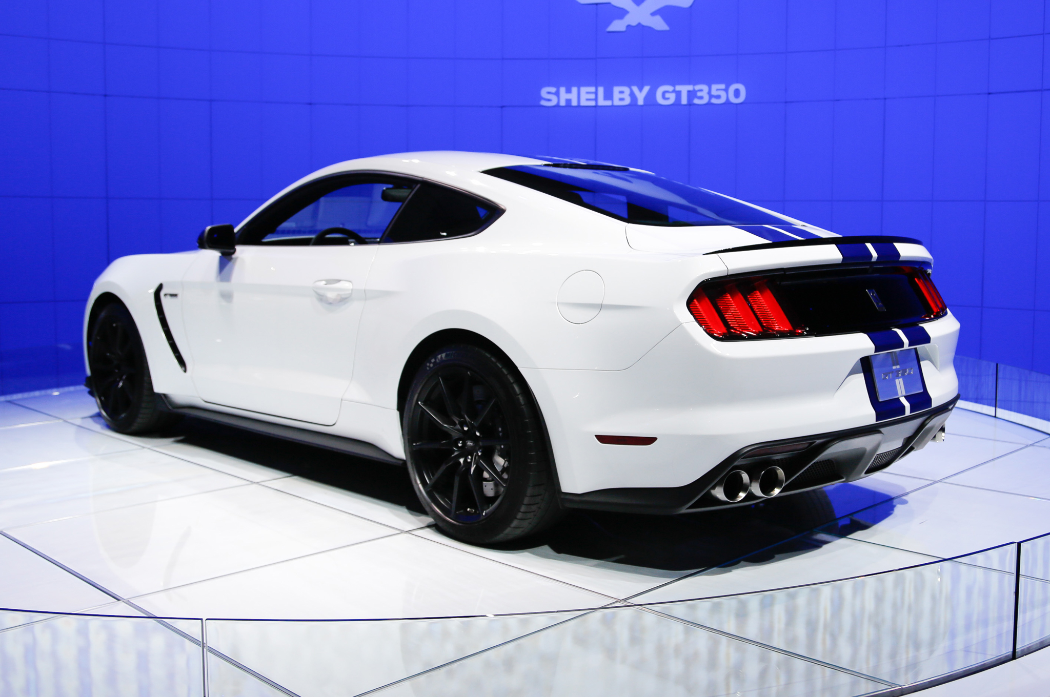 2016-Ford-Shelby-GT350-Mustang-rear-three-quarter